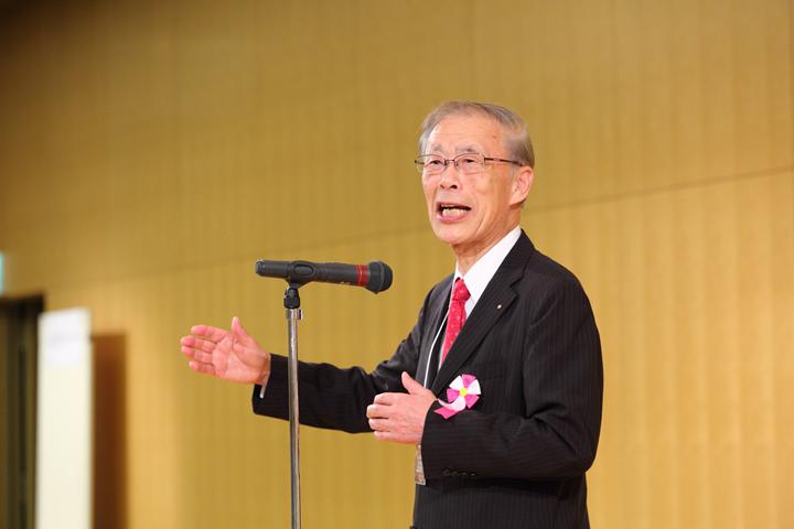 1日目夜に行われた懇親会。あいさつする山本正治・第44回学術大会長