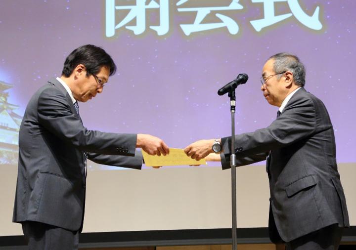 末永裕之・日本診療情報管理学会理事長から齊藤正伸・第45回学術大会長へ感謝状が贈られた